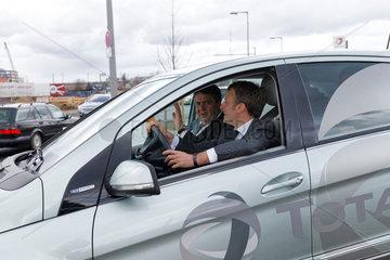 Berlin  Deutschland  Sigmar Gabriel  SPD  Bundeswirtschaftsminister  und Emmanuel Macron  PS  franzoesischer Wirtschaftsminister  in einem Brennstoffzellenfahrzeug