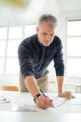 Architekt an seinem Zeichentisch