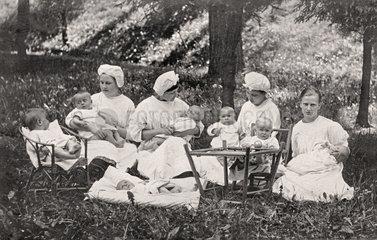 Kindermaedchen  Kinderschwestern betreuen Babys  1925