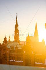 Blick auf Katharinenkirche und Michel ueber die Daecher der Speicherstadt  Hamburg