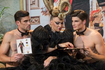 Berlin  Deutschland  die Pralinen Gloeoeckler Pralinoeoes werden von Models praesentiert