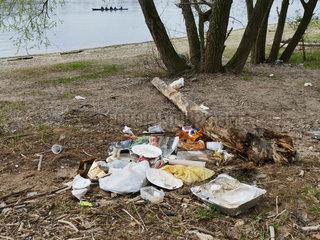 Plastikmuell am Rheinufer in Koeln