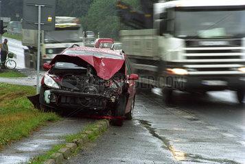 Ein Unfallauto am Rand einer Landstrasse  Polen
