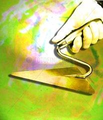 Kelle Hand goldenes Handwerk Hintergrund