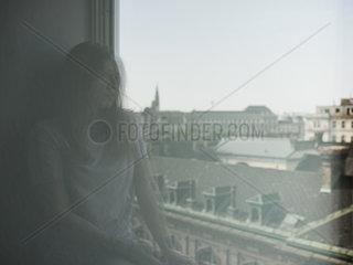 Spiegelung einer Frau am Fenster