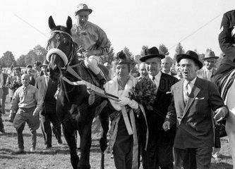 Hamburg  Deutschland  Uomo mit Albert Klimscha  Maria Mehl-Muelhens  Konsul Rudi Mehl und Janos Graf Pejacsevich nach dem Derbysieg