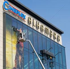 Berlin  Deutschland  Plakatierer beklebt die Fassade des Kinos Alhambra im Wedding