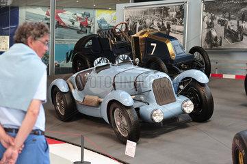 Bruessel  Belgien  ein Besucher vor einem Talbot Lago in der Autoworld