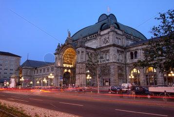 Nuernberg  Deutschland  Aussenansicht des Nuernberger Hauptbahnhofs am Abend