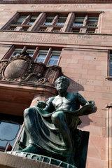 Freiburg im Breisgau  Deutschland  Aristotelesskulptur am Eingang der Albert-Ludwigs-Universitaet