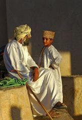Vater und Sohn im Zwiegespraech  Oman