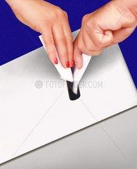 Voting Wahl Wahlurne Hand Haende Waehler Neutral