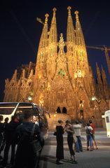 Touristen vor der Sagrada Familia in Barcelona