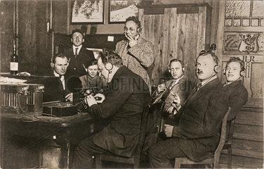 sehr fruehe Radio-Vorfuehrung  Foto aus den Pioniertagen des Rundfunks  1924