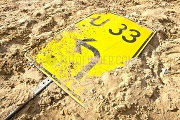 Umleitungsschild im Sand auf einer Baustelle