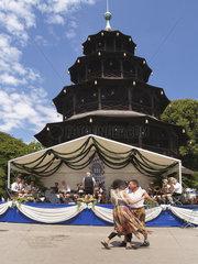Kocherlball am Chinesischen Turm im Englischen Garten Muenchen