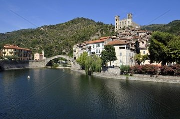 Dolceacqua mit Bruecke Ponte Vecchio di Dolceacqua ueber die Nervia und Blick auf das Castello dei Doria  Ligurien  Riviera dei Fiori  Italie