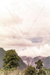 Berglandschaft unter einer Wolkendecke