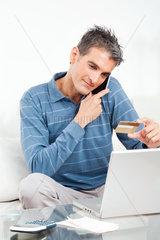Mann kauft im Internet mit Kreditkarte
