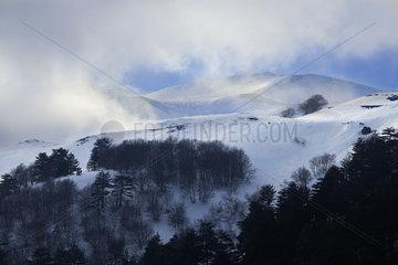 Schneesturm ueber dem Aetna  Sizilien  Italy