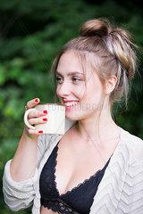 Junge Frau trinkt Kaffee