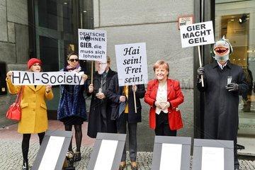 satirischer Protest gegen einen Immobilienkongress in Berlin-Mitte