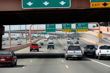Santa Fe  USA  mehrspuriger Highway und Verkehrsschilder vor Santa Fe