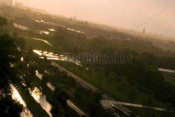 Muenchen Grossstadt Skyline Sonnenschein Wolken Gewitter Regen