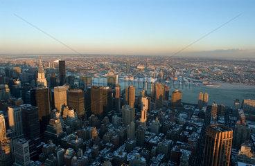 Blick vom Empire State Building auf das verschneite New York