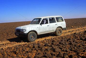 Gelaendefahrzeug in der Steinwueste  Libyen