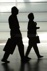 Berlin  Deutschland  Ehepaar geht zum Ausgang