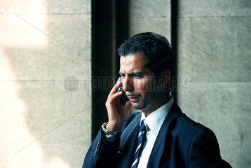 Bulgarischer Geschaeftsmann beim Telefonat  Sofia