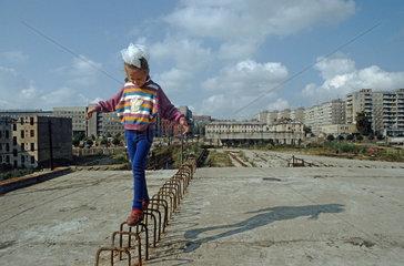 Maedchen auf Stahltraegern  Kaliningrad  Russland