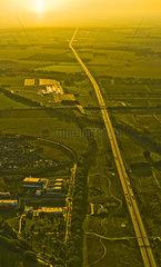 Endlose Autobahn im Sonnenlicht