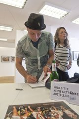 Dougie Wallace signiert in der FREELENS-Galerie Ausstellung STAGS  HENS & BUNNIES