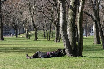 Berlin  Frau sonnt sich Monbijoupark