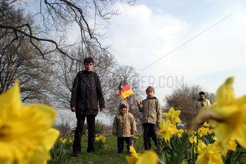 Menschen auf einer Fruehlingswiese in Hamburg