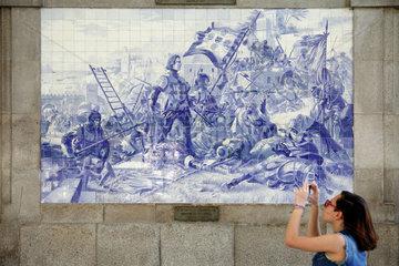 Porto  Portugal  Wandbild mit Infante D. Henrique bei der Eroberung von Ceutas auf Kacheln im Bahnhof Sao Bento in Porto