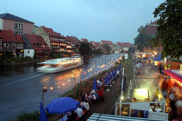 Bamberg  Abend auf der Sandkerwa an der Regnitz