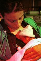 Eine Mutter mit Kind in einem spanischen Krankenhaus
