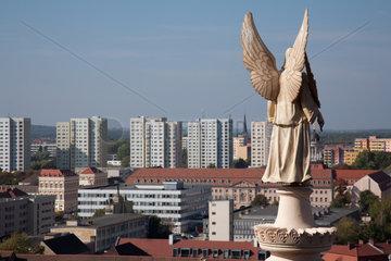 Potsdam  Deutschland  Engel der evangelischen St. Nikolaikirche und Wohnhochhaeuser