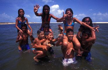 Brasilianische Kinder beim Spielen im Wasser