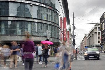 Berlin  Deutschland  Passanten in der Friedrichstrasse Ecke Behrenstrasse in Berlin-Mitte