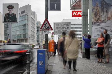 Berlin  Deutschland  Passanten am Checkpoint Charlie in Berlin-Mitte