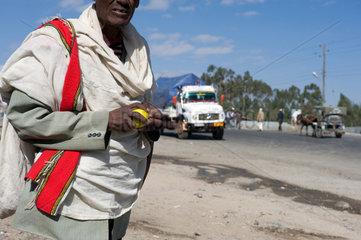 Mangudo  Aethiopien  ein Mann steht an einer Strasse