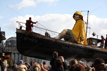 Berlin  Deutschland  die kleine Riesin im Boot vor dem Reichstag