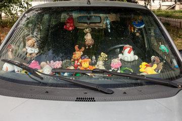 Sofia  Bulgarien  Plueschtiere im Cockpit eines Autos