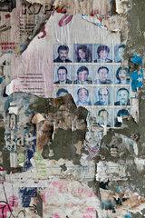 Sofia  Bulgarien  Portraets auf abgerissenen Plakaten