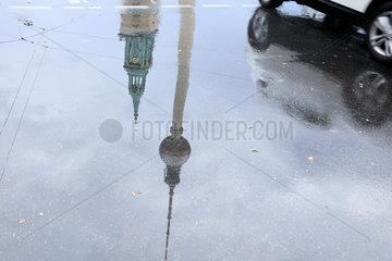 Berlin  Deutschland  Spiegelung von einem Auto und Fernsehturm in einer Pfuetze am Alexanderplatz in Berlin-Mitte