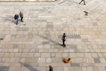 Sofia  Bulgarien  Mann wartet auf dem Vorplatz vor dem Nationalen Kulturpalast NDK